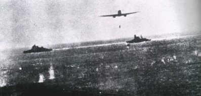 un bombardiere sgancia il suo siluro